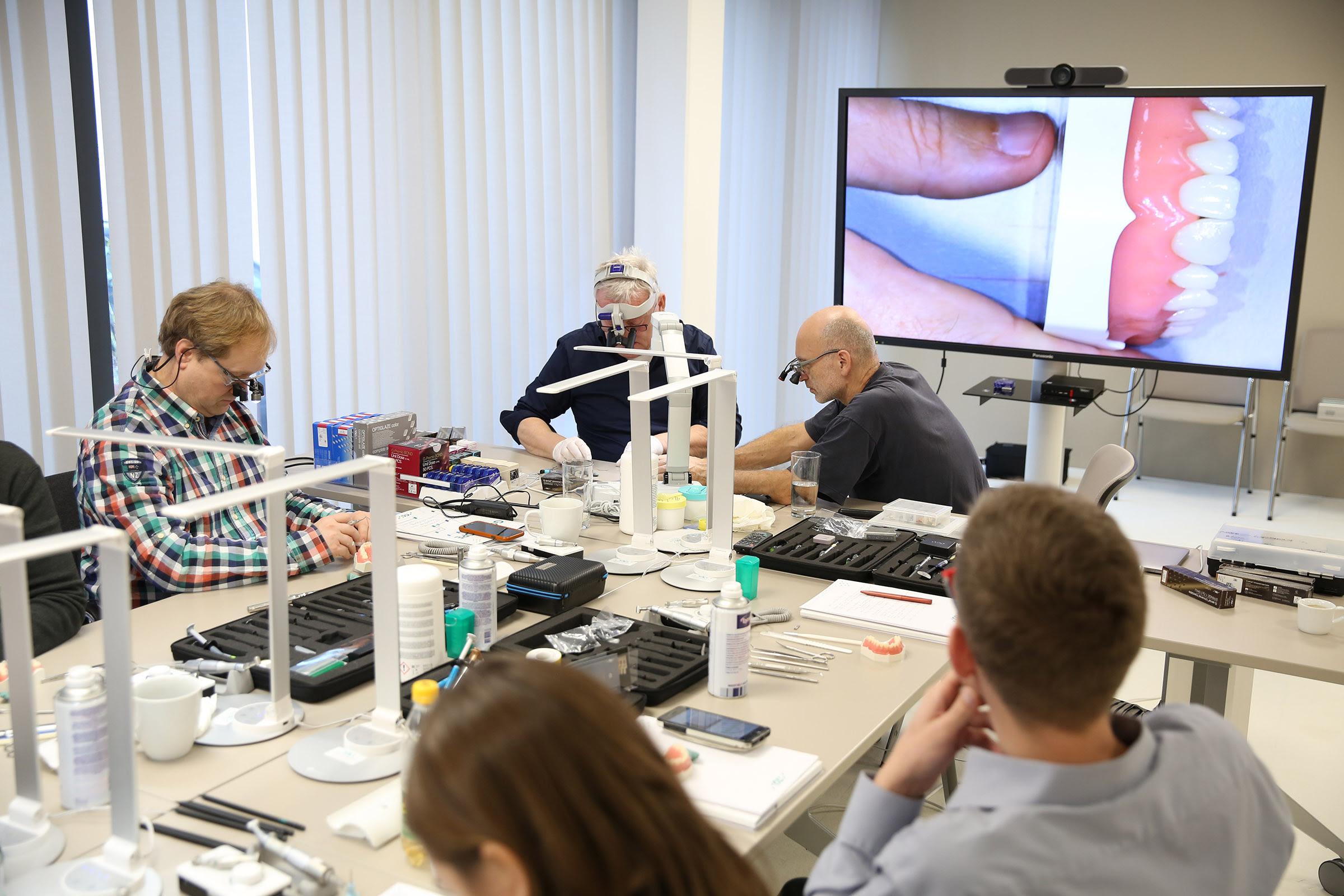 Teilnehmer bei der Arbeit.JPG