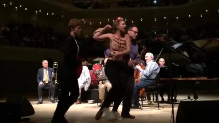 VIDEO. Des Femen interrompent un concert de Woody Allen à Hambourg