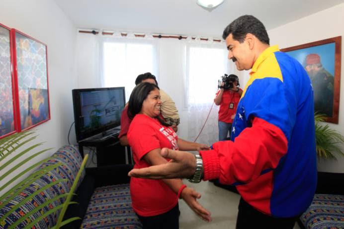 Maduro comparte con la familia de la vivienda 700 mil.