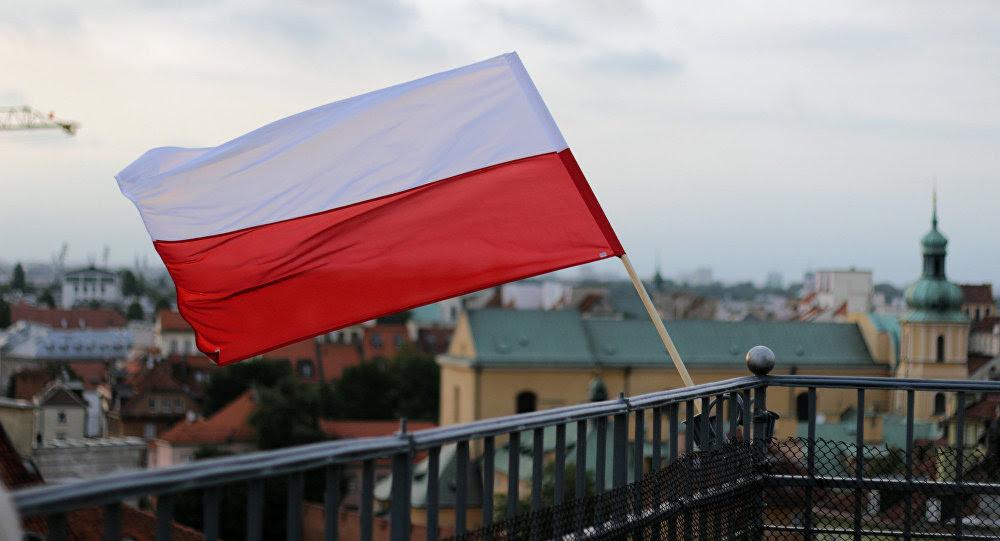 Bandera de Polonia en Varsovia, la capital del país (archivo)