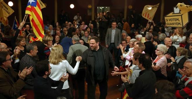 El presidente de ERC, Oriol Junqueras, saluda a los asistentes a su llegada al Teatre Principal de Sabadell para el acto final de campaña de los republicanos. EFE/Toni Albir