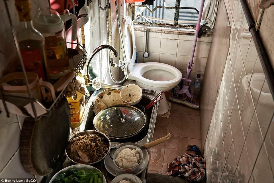 Thực phẩm được chuẩn bị trong khoảng cách nhổ nước bọt của một nhà vệ sinh