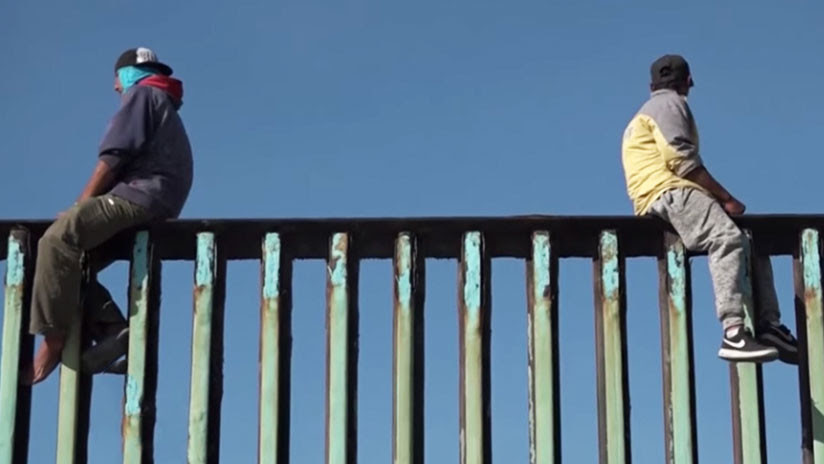 VIDEO: Decenas de migrantes escalan la valla fronteriza cerca de Tijuana