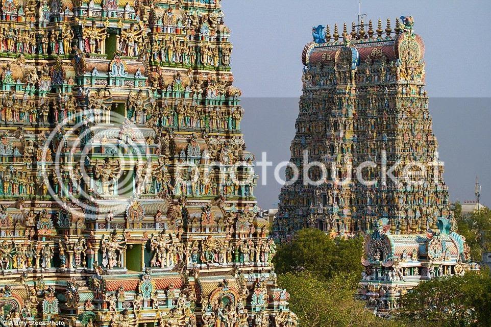 Đền cao 52 m, với 12 tòa tháp được bao phủ bởi 33.000 tác phẩm điêu khắc độc đáo.