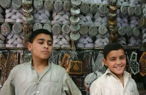 Child_labor_in_a_Pakistan_Shop