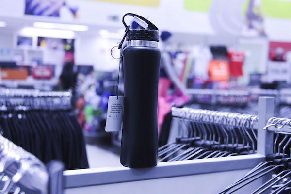 Confira diferentes modelos de garrafas e copos temáticos para se hidratar neste verão
