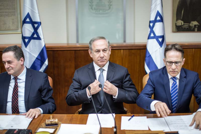 Netanyahu leads the weekly cabinet meeting, February 12, 2017.