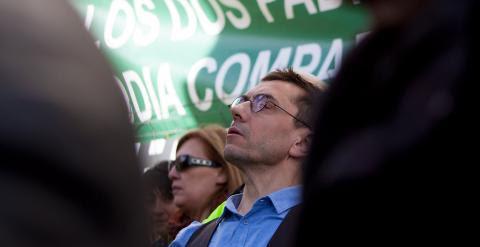 Juan Carlos Monedero observa a sus compañeros de partido durante el mitin tras la Marcha del Cambio. - JAIRO VARGAS