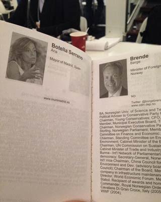 Foto tomada por el usuario de Twitter @agvicente en la que se puede apreciar que el folleto de presentación de Davos nada bueno ni malo se dice de la alcaldesa.