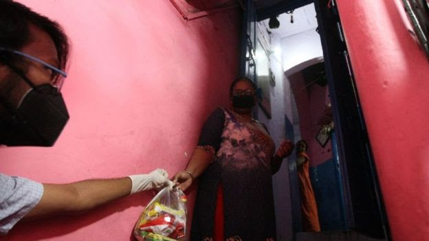 Prostituta na índia recebe entrega