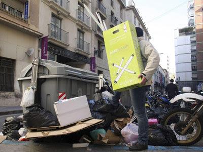 Contenedores repletos en una céntrica calle de Alicante en esta jornada de huelga.