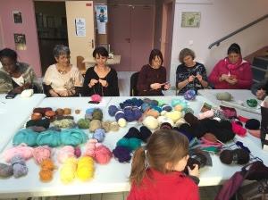 Tricotons ensemble avec des laines récupérées et multicolores