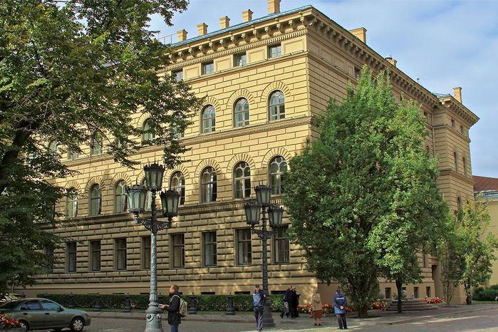 1024px-Здание_Сейма_Латвии  (700x466, 124Kb)