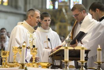 Na snímke rímskokatolícky arcibiskup - metropolita Bratislavskej arcidiecézy Stanislav Zvolenský (vľavo)
