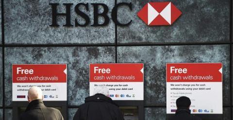 Clientes sacan dinero en los cajeros automáticos de una sucursal del banco suizo HSBC en Londres (Reino Unido). EFE