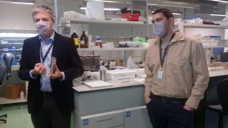 El gerente general de Y-TEC, Santiago Sacedorte, y el investigador del Conicet, Jorge Thomas, en los laboratorios de la empresa tecnológica de YPF, durante una recorrida de la que participó Ámbito.