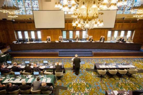 Đại diện phái đoàn Philippines đang biện luận trước tòa Tòa án Trọng tài Thường trực