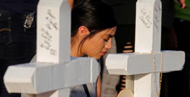 Una mujer reza durante una misa por las víctimas mortales del tiroteo en El Paso, Texas. - EFE