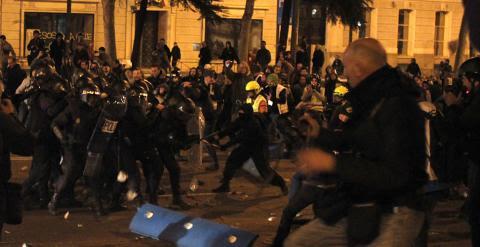 Policías y manifestantes durante los enfrentamientos del 22 de marzo de 2014. -JAIRO VARGAS