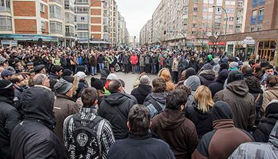 Asamblea de los vecinos del barrio burgalés de Gamonal que protestan por la construcción de un bulevar en la calle Vitoria.- Santi Otero (EFE)