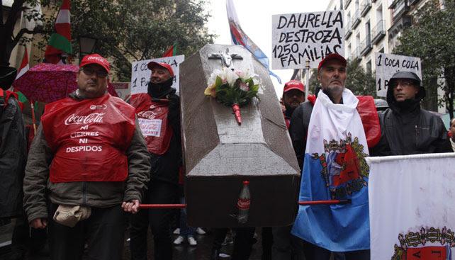 Trabajadores de la planta de Coca-Cola en Alicante se manifiestan en Madrid junto a otros compañeros de todo el Estado contra el ERE de la compañía.