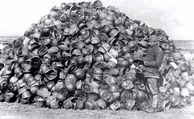 Брошенные каски капитулировавшей армии Паулюса.                   Одно из самых известных фото о Сталинградской битве.