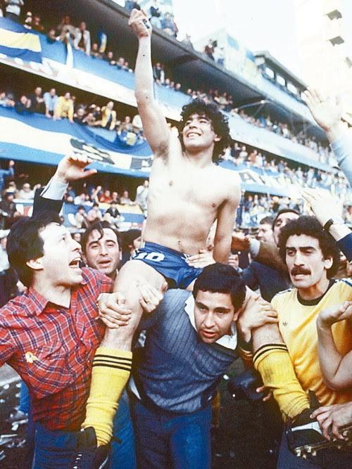 Diego Maradona porté par ses fans, los Hinchas