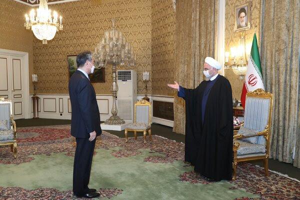 伊朗总统办公室周六发布的王毅与伊朗总统哈桑·鲁哈尼在德黑兰会面的照片。