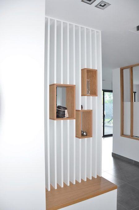 Redéfinition de l'espace entrée, la mettant ainsi à l'écart des pièces de vie et lui donnant ainsi sa vraie fonction de sas. Création d'un espace bureau.