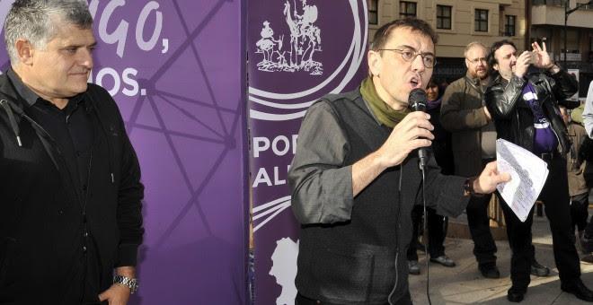 El cofundador de Podemos Juan Carlos Monedero ha acompañado al cabeza de lista de esta formación al Congreso por Albacete, Fernando Prieto, en un acto electoral en la ciudad castellanomanchega. EFE/Manu