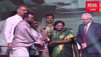 Gondi Mahesh receiving award