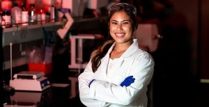 Student Nina Egbalic in front of a lab