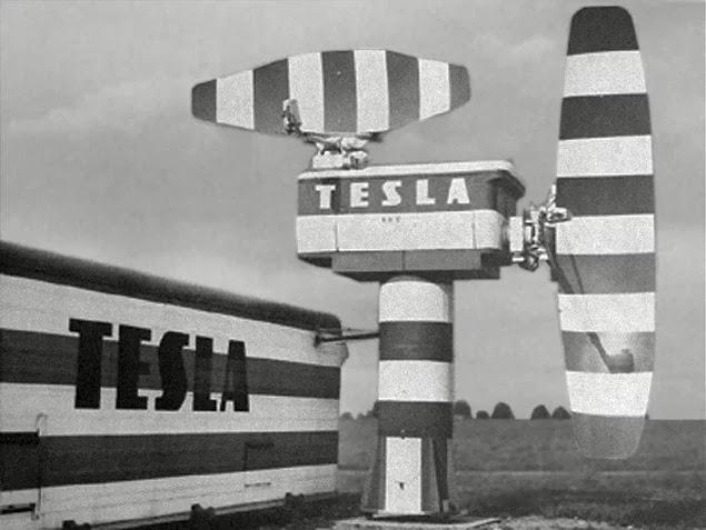 """Amerikalılar savaş zamanında Alman denizaltılarını bulabilmek için Edison'dan yardım istemiş ve Tesla'nın önerisi olan """"enerji dalgalarını kullanalım"""" fikrine Edison'un şiddetle karşı çıkması sebebiyle bugün """"radar"""" dediğimiz aygıt 25 yıl geç keşfedilmiştir."""