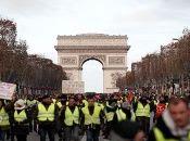 Chalecos Amarillos se movilizan por las calles de Paris.