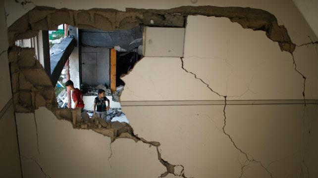 Niños palestinos en las ruinas de su vivienda, tras un bombardeo israelí en la ciudad de Gaza.