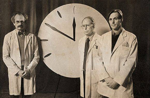 "Los científicos del ""Bulletin of the Atomic Scientists"" ponen en marcha el Dooms Clock o Reloj del Apocalipsis en 1947."