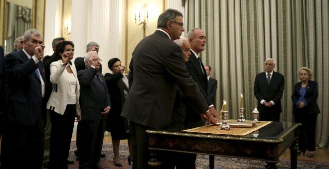 Los miembros del gobierno interino griego juran su cargo en Atenas. /REUTERS