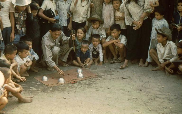 Trò ảo thuật của gánh thuốc Sơn Đông.