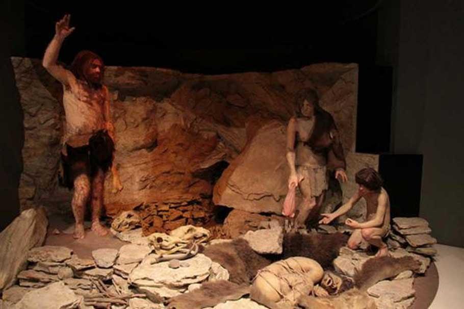 Reconstrucción de Neandertales enterrando a un individuo en una cueva. Museo Nacional de Historia Natural, Washington D. C., Estados Unidos.