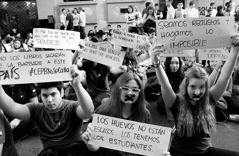 Estudiantes de secundaria protestan contra la corrupción en el sistema educativo, el 1º de octubre, frente al Ministerio de Educación y Cultura en Asunción, Paraguay. Foto: Andrés Cristaldo Benítez, Efe