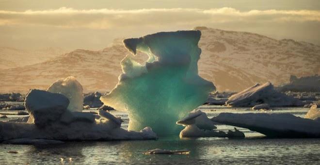 Un iceberg flota en un fiordo cerca de la localidad de Tasiilaq, en Groenlandia. (LUCAS JACKSON | EFE)