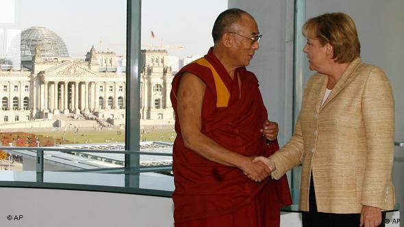 Dalai Lama aperta mão de Merkel
