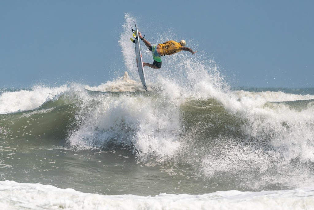 Ferreira parecia desafiar a gravidade ao pousar esse ar de rotação completa para ganhar a primeira corrida de 10 pontos do evento.  Foto: ISA / Sean Evans