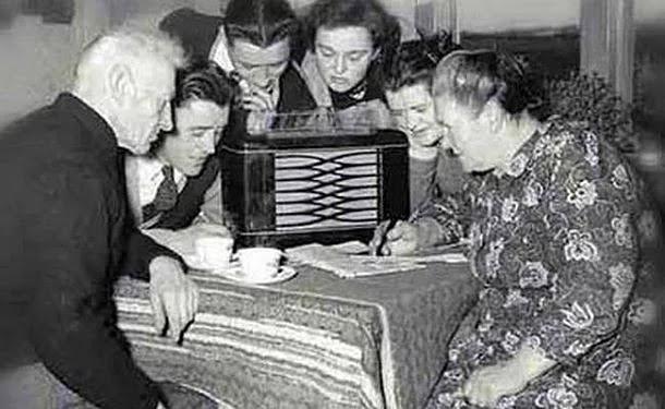 Tesla, Marconi'nin kabul edilen radyonun icadından 10 yıl önce radyo ilkelerini zaten göstermişti.