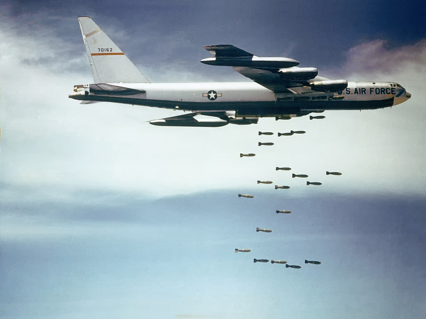 http://upload.wikimedia.org/wikipedia/commons/c/c3/Boeing_B-52_dropping_bombs.jpg