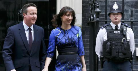 David Cameron y su esposa ponen rumbo al Palacio de Buckingham. /REUTERS