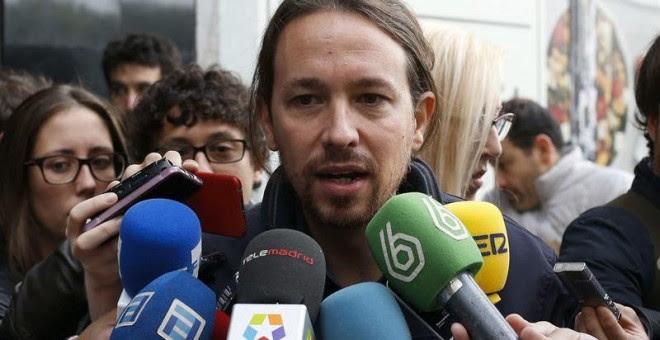 El líder de Podemos Pablo Iglesias, atiende a los medios a su llegada a la reunión, hoy en Madrid, de la dirección estatal del partido para analizar la estrategia electoral ante los comicios generales del 20D, así como las medidas y propuestas con las que