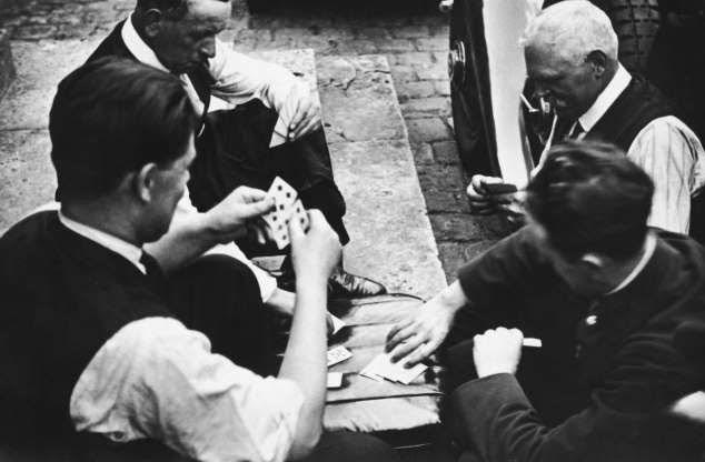 Một nhóm người lái xe đang chơi đánh bài ở vỉa hè Pháp năm 1919.