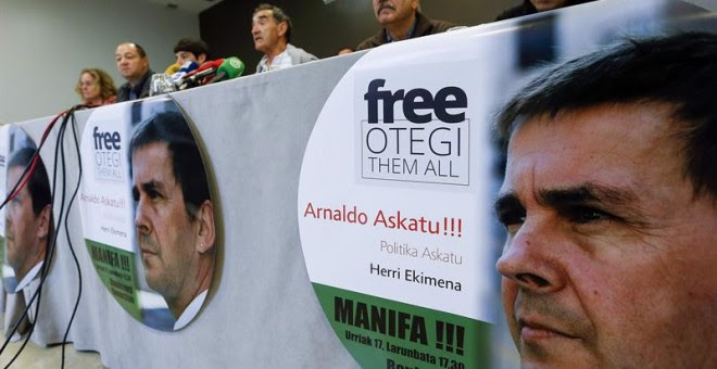 La plataforma Arnaldo Askatu y la iniciativa Free Otegi Free Them All, durante la presentación de la manifestación en Donosti. / EFE