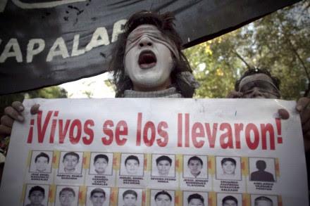 Estudiantes protestan por los normalistas desaparecidos. Foto: Xinhua / Alejandro Ayala